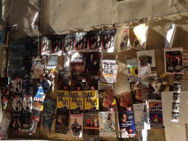 Quelques affiches sur un mur d'Avignon