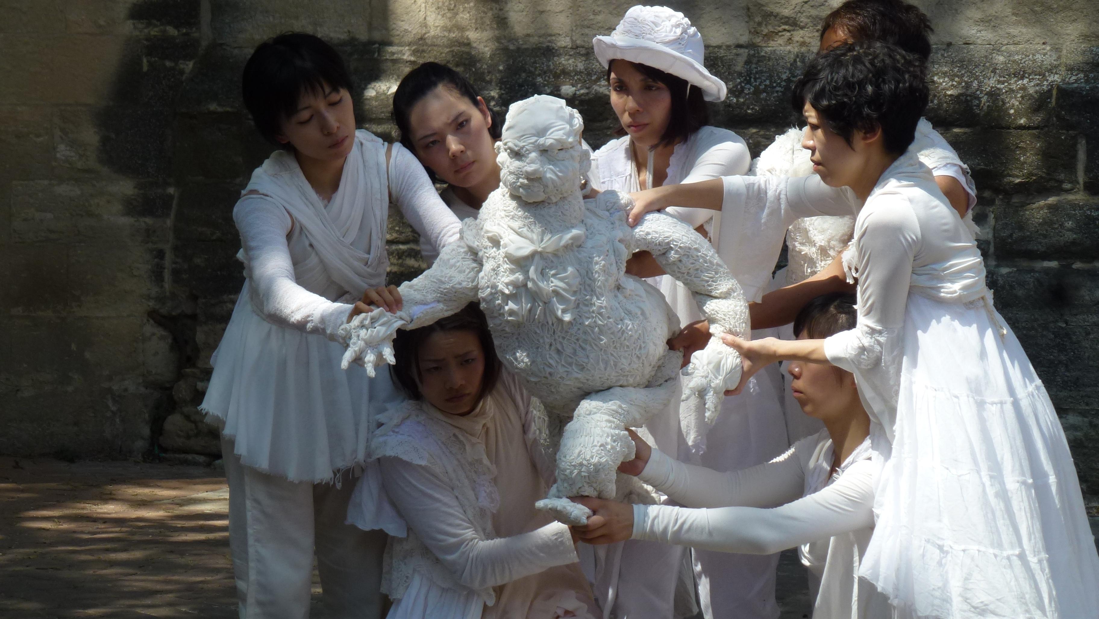 Une troupe dans une rue d'Avignon