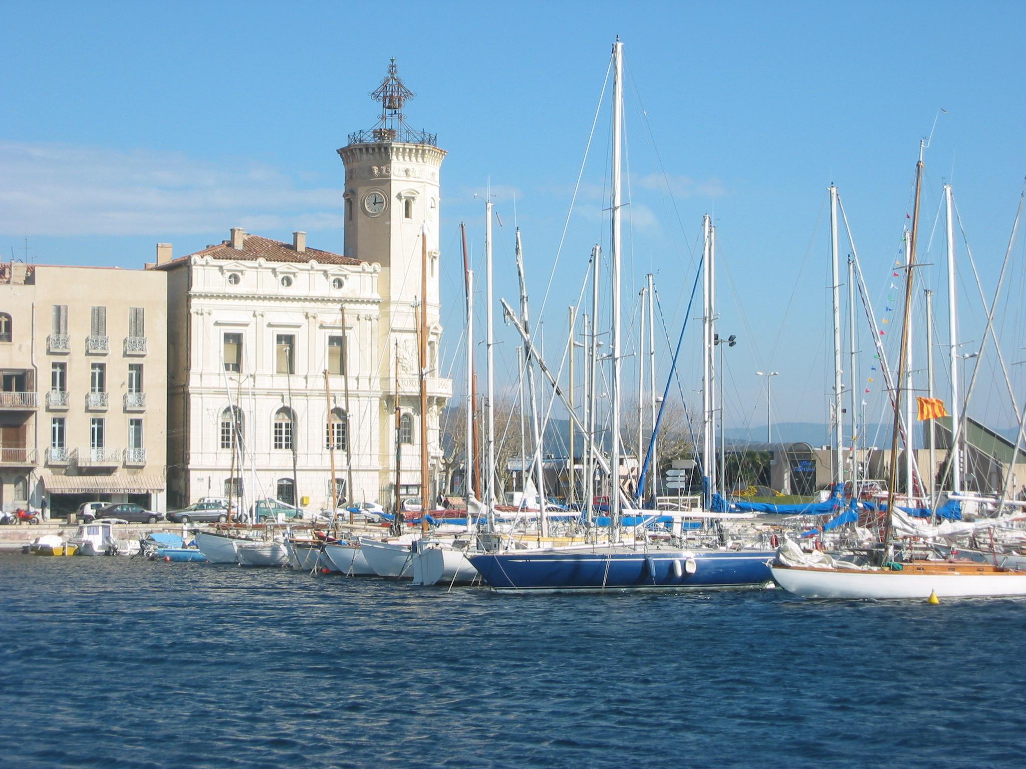 Le port de la Ciotat, son clocher et ses voiliers, qui bercent Khaled