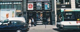 Passants devant cinéma 2004